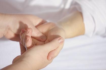Neurodermitis- Kind- Hand- Behandlung
