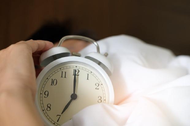 tipps zum einschlafen wecker - Acharaporn Kamornboonyarush-pexels